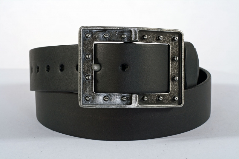 Kožené opasky - Černý pásek šroubky